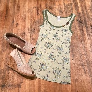 F21 green floral ribbed tank top w/ button detail
